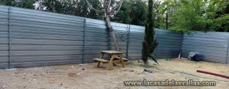Instalación valla opaca de obra en Camping Magic Excalibu de Alicante (Valencia)