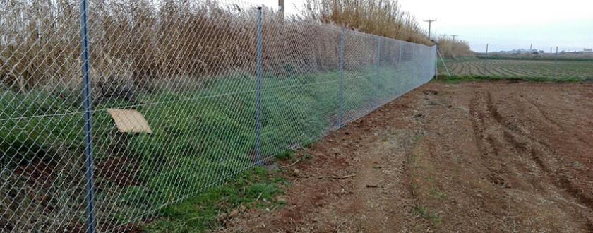 Cerramiento de parcela con malla de simple torsi n en - Vallar un terreno ...