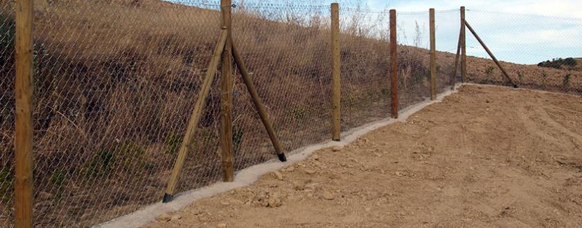 Vallado con poste de madera y malla de simple torsi n - Vallar un terreno ...