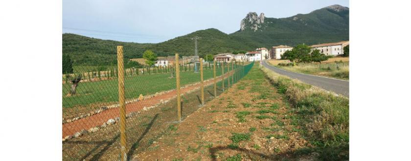 Valla de malla de Simple torsión con poste de madera en Otiñano (Navarra)