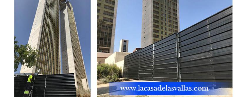 Valla de Chapa Grecada de Color Negro en Edificio In Tempo de Benidorm