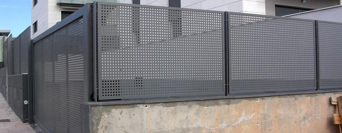 Valla de chapa perforada lacasadelasvallas for Paneles de aluminio para puertas